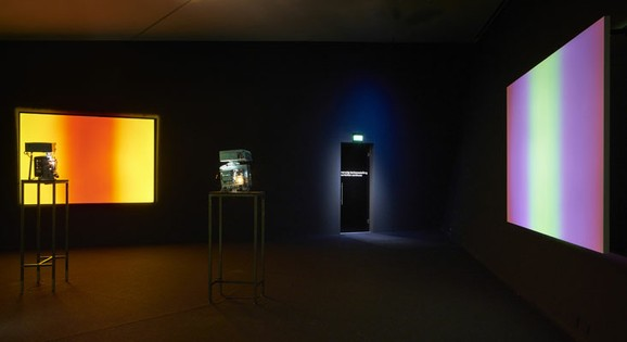 Available Light Series, Ausstellungsansicht EYE Filmmmuseum Amsterdam 2016. Drei 16 mm Filmprojektoren, Fotos: Studio Hans Wilschut, Courtesy EYE Filmmuseum